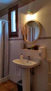 A bathroom at Xalet Refugi Pere Carné