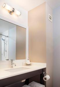 A bathroom at Courtyard by Marriott New York JFK Airport