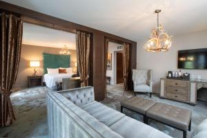 A seating area at Grand Bohemian Hotel Asheville, Autograph Collection