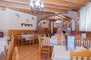 A restaurant or other place to eat at Hostal Tribal