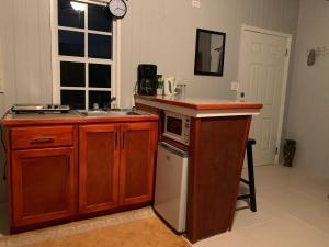 A kitchen or kitchenette at Palm cottage inn