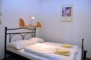 Ein Bett oder Betten in einem Zimmer der Unterkunft Landhaus St. Georg by Alpentravel