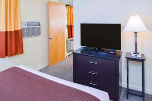 A television and/or entertainment centre at Rodeway Inn Orleans - Cape Cod