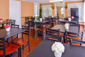 A restaurant or other place to eat at Rodeway Inn Orleans - Cape Cod