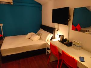 A bed or beds in a room at Backpackers' Inn Chinatown