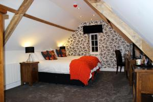 A bed or beds in a room at Kings Head Hotel