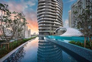 The swimming pool at or close to Cozy 3BR Family Suites with Amazing View @ Level39