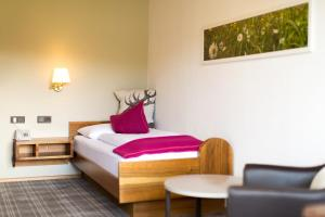 A bed or beds in a room at Hotel Garni Römerhof