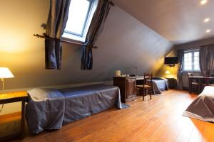 A bed or beds in a room at Hotel Boterhuis