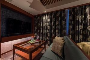 A seating area at Hotel Zen Ichinomiya (Adult Only)