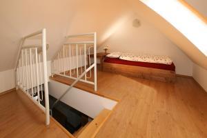 Postel nebo postele na pokoji v ubytování Penzion U Chodskeho Hradu