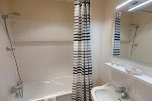 Salle de bains dans l'établissement Le Corbeau
