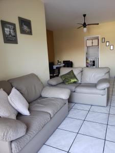 A seating area at ÓTIMO APTO PERTO DA PRAIA