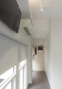 A television and/or entertainment centre at Boxpackers Hostel Pratunam