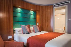 A bed or beds in a room at Mercure Brigstow Bristol