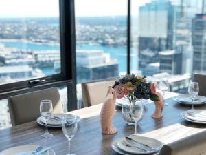 A restaurant or other place to eat at Amazing High-Rise apt @CBD wt Darling Harbour View
