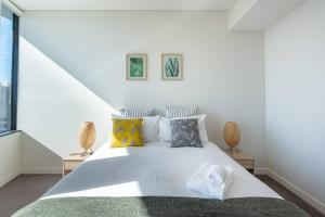 A bed or beds in a room at Amazing High-Rise apt @CBD wt Darling Harbour View