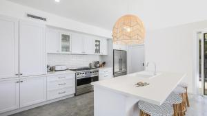 A kitchen or kitchenette at Kiama Abode - 50 percent off third night on weekend
