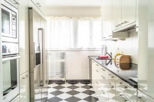 A kitchen or kitchenette at Sunny and quiet apartment 20 min from Zurich Main Station