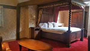 A bed or beds in a room at Bella Vita Hotel & Restaurant