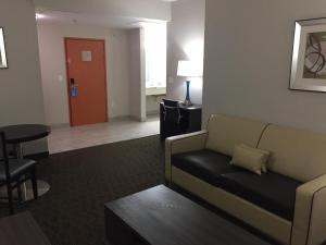Uma área de estar em Days Inn & Suites by Wyndham Orlando Airport