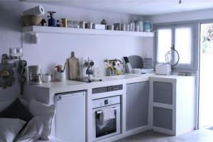 Η κουζίνα ή μικρή κουζίνα στο Gialos House