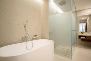 A bathroom at Movenpick Hotel & Convention Centre KLIA