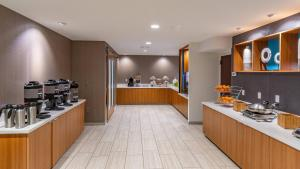 A restaurant or other place to eat at SpringHill Suites Anchorage Midtown