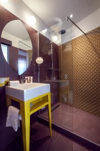 A bathroom at Grand Hôtel du Midi Montpellier - Opéra Comédie