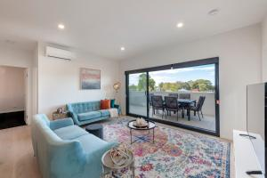 A seating area at Astra Apartments Newcastle (Broadmeadow)