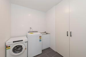 A kitchen or kitchenette at Astra Apartments Newcastle (Broadmeadow)