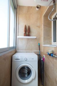 Ett badrum på seafront San Pere apartment