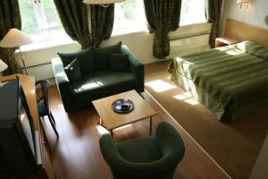 A seating area at Barclay Hotel