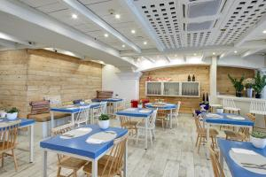 A restaurant or other place to eat at Kalma Sitges Hotel