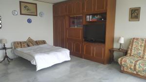 A bed or beds in a room at Les brises de Menton - Résidence les Miradors