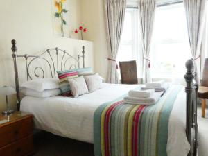 A bed or beds in a room at Stour Lodge Guest House
