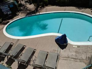A view of the pool at Tarzana Inn or nearby