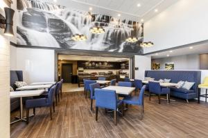 A restaurant or other place to eat at Hampton Inn & Suites Beauport Quebec