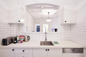 A kitchen or kitchenette at Renovated Heritage Unit Close To The Rocks