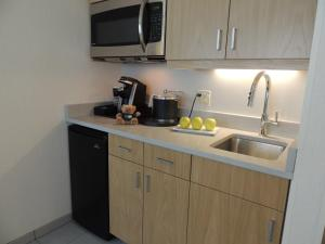 A kitchen or kitchenette at The Inn at Longwood Medical