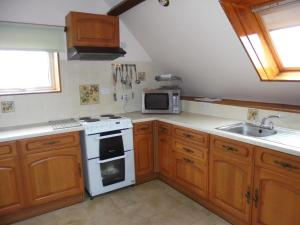 A kitchen or kitchenette at West Rew Farm Cottages