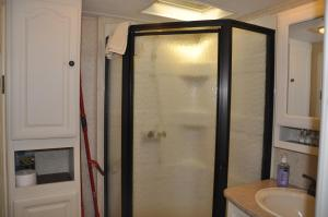 A bathroom at York Bay Place Cottages