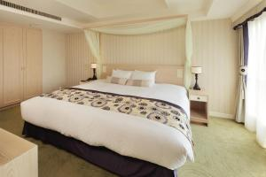 A bed or beds in a room at Kumamoto Hotel Castle