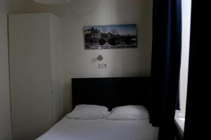 A bed or beds in a room at Hotel 83