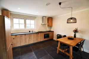 A kitchen or kitchenette at Luxe 4 persoons vakantiewoning vlakbij strand