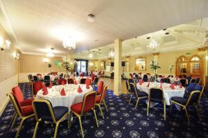 A restaurant or other place to eat at The Royal George Hotel