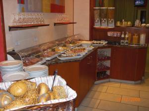 Кухня или мини-кухня в Hotel Mondial