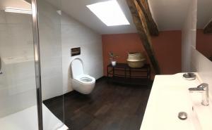 Salle de bains dans l'établissement Le Grand Rapaillou