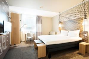 A bed or beds in a room at Ibis Gdansk Stare Miasto
