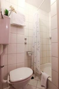 A bathroom at City Hotel Schönleber